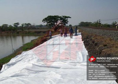 Pemasangan geocomposite pada jalur kereta api
