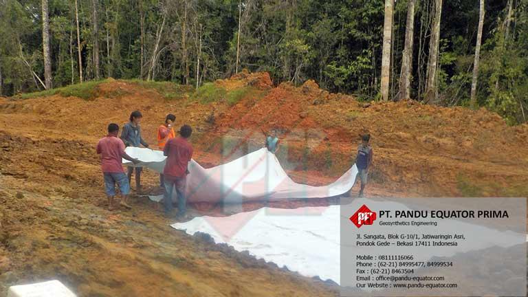 Pemasangan Non Woven Geotextile di Jalan Lintas Kabupaten Tanah Merah, Oksibil – Papua