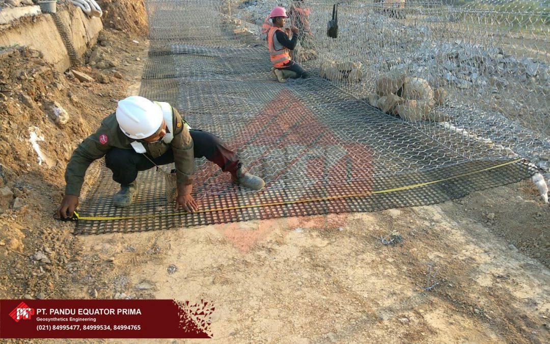 Dokumentasi Pemasangan Geogrid dan Bronjong Pada Pembangunan Retaining Wall di Bogor