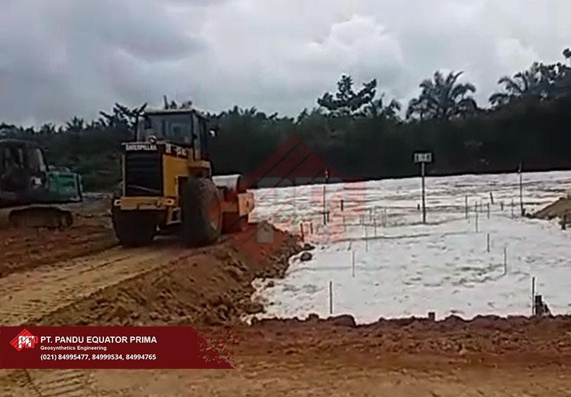 Dokumentasi Instalasi Woven dan Non Woven Geotextile Pada Proyek Timbunan di Medan